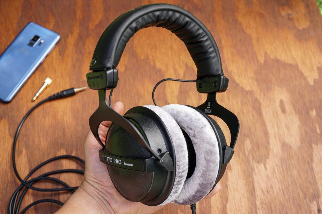 Le casque audio est une bonne alternative aux enceintes pour s'enregistrer à la maison.